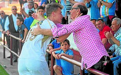 Domingo se abraza a su padre tras marcar el domingo el 2-1 ante la Lebrijana.