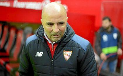 Sampaoli, antes del comienzo del partido en la banda del Sánchez-Pizjuán.