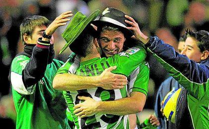 Joaquín, el goleador, se abraza a Juanlu, su asistente, tras anotar el definitivo 3-0 en el último Betis-Alavés en Primera.