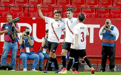 Cotán, Curro y Matos celebran un gol en el Sánchez-Pizjuán.