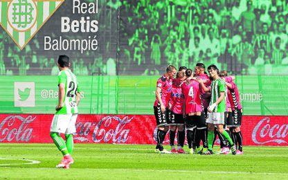 La sonrojante derrota ante el Alavés aleja definitivamente al Betis de la posibilidad de quedar de nuevo entre los diez primeros de la clasificación.