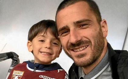 Bonucci, junto a su hijo, en el partido del Torino.