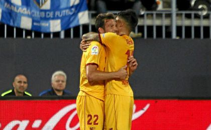 Correa felicita a Franco Vázquez por su gol.