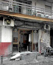 Imagen del estado en que ha quedado la fachada de la peña sevillista de Triana.