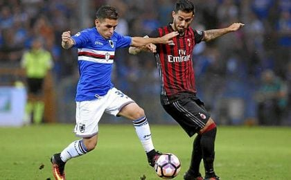 Lucas Torreira pugna una pelota con el milanista Suso.