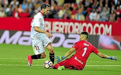 Franco Vázquez intenta zafarse de Rulli en una jugada.