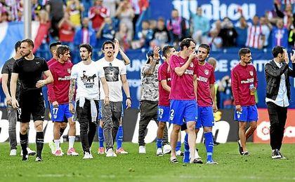 Godín, junto a Gabi tras acabar el partido ante el Eibar.