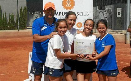 En la imagen, las corianas vencedoras en la categoría alevín.