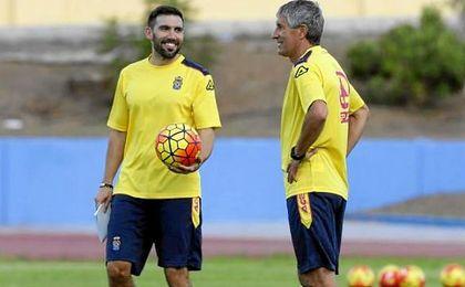 Eder Sarabia, junto a Setién en un entrenamiento de Las Palmas.