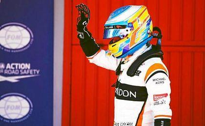 Alonso saluda al público español tras bajarse del monoplaza.