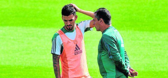 A Alexis Trujillo se le está viendo especialmente comunicativo con Dani Ceballos en sus primeras sesiones como entrenador del Betis.