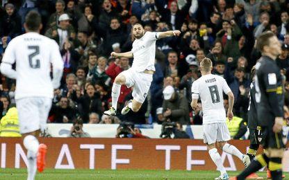 Karim Benzema celebra el primer gol madridista en la abultada derrota sevillista de la pasada campaña en el Bernabéu.