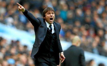 Antonio Conte busca delantero para su Chelsea.