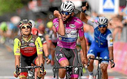 Gaviria celebra su triunfo en el Giro de Italia.