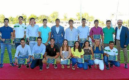 Imagen del acto con algunos premiados en la dársena del Guadalquivir.