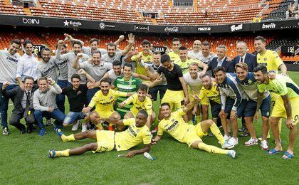Los jugadores del Villarreal celebran el quinto puesto en el césped de Mestalla.