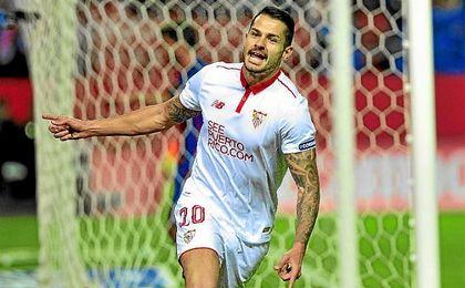 Vitolo celebra un gol con el Sevilla en el Sánchez-Pizjuán.