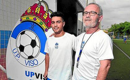 En la imagen, Álvaro y Eusebio Navarro, padre e hijo, entrenador y preparador físico visueños, celebran la permanencia.