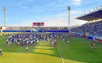 Imagen de los jugadores del Lorca celebrando el ascenso en su estadio.