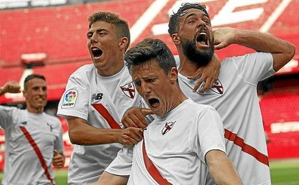 Marc Gual celebra uno de sus dos goles ante el Cádiz.