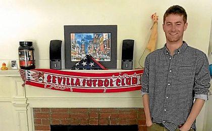 Chris Ulian posa con su bufanda del Sevilla en Harvard.