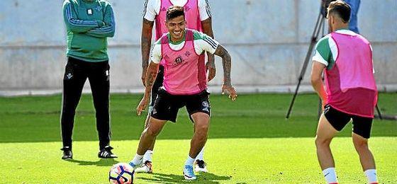 Nahuel, en un entrenamiento con el Betis.