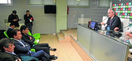 El ya exdirector deportivo del Betis Miguel Torrecilla, ante la atenta mirada de José Miguel López-Catalán y Ángel Haro, durante una de las dos ruedas de prensa que ofreció el salmantino durante su etapa en el Betis.