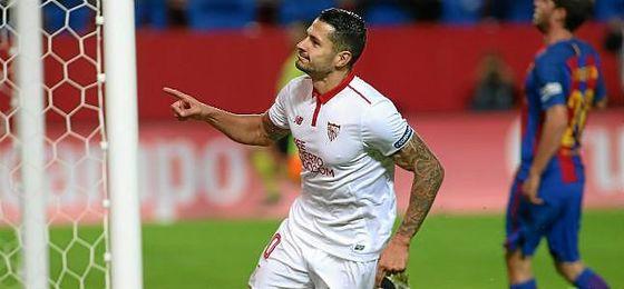 Vitolo celebra un gol mirando a Gol Norte.