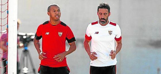 Mariano Ferreira, trabajando con un recuperador en la ciudad deportiva sevillista.