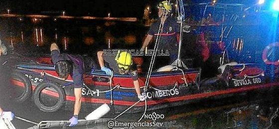 Imagen del momento del rescate en el Guadalquivir.