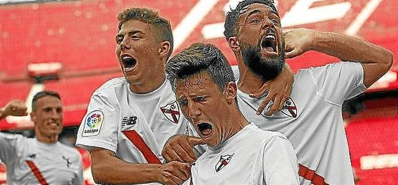 Los jugadores del filial sevillista celebran un gol en el Sánchez-Pizjuán.