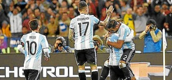 Mercado celebra su gol con Higuaín, Otamendi y Messi.