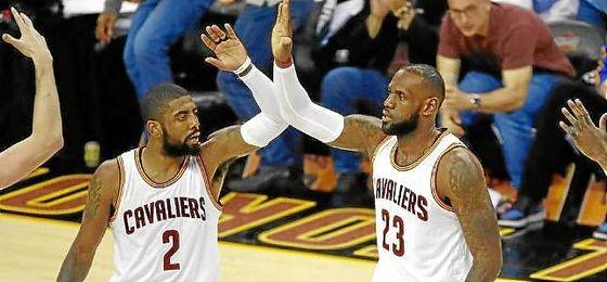 Irving y LeBron se felicitan tras el triunfo ante Golden State.