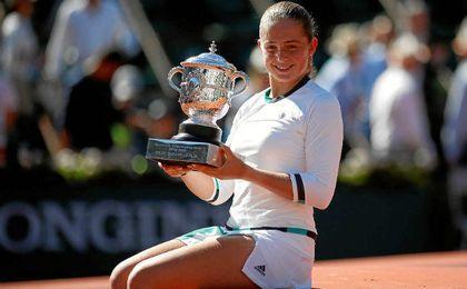 La flamante ganadora de Roland Garros, con su trofeo.