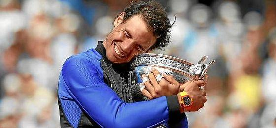 Rafa Nadal se abraza con su décima Copa de los Mosqueteros.