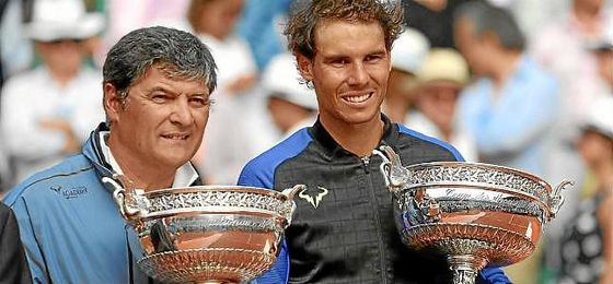 Toni Nadal, junto a Rafa, en la entrega de trofeos.