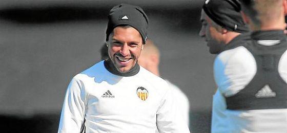 Enzo Pérez, en un entrenamiento con el Valencia.