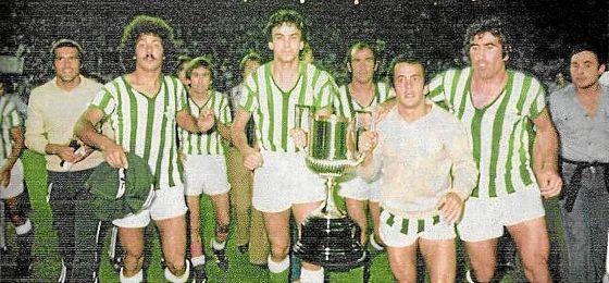Los jugadores del Betis, con la Copa del Rey.