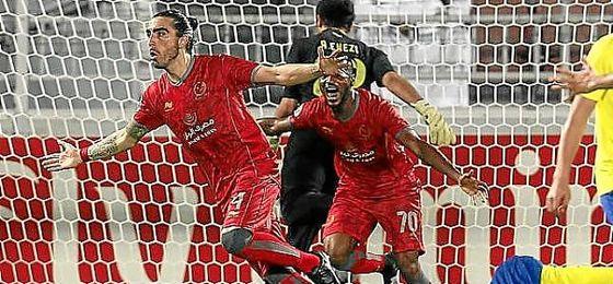 Chico Flores celebra un gol con el Lekhwiya.