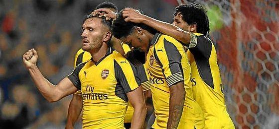 Lucas Pérez celebra un gol con la camiseta del Arsenal.