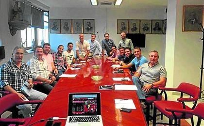 Monchi, al fondo de la imagen junto a Miguel Ángel Gómez, está viendo cómo su equipo de trabajo se diluye.