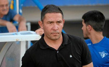 Juan Carlos Gómez, entrenador del Écija, en la banda de San Pablo.