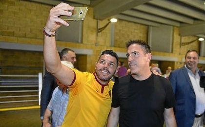 Berizzo, a su llegada a Sevilla, con un aficionado.
