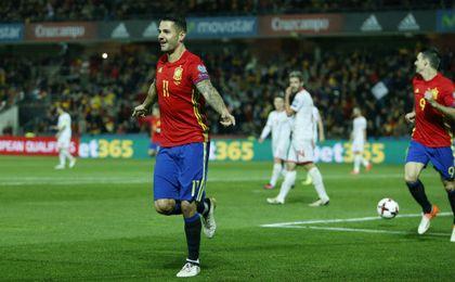 Vitolo celebra un gol con la selección