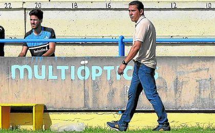 Juan Carlos Gómez, entrenador del Écija, aguarda la respuesta del club para renovar.