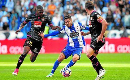 Carles Gil conduce el balón durante un partido del curso pasado con el Deportivo.