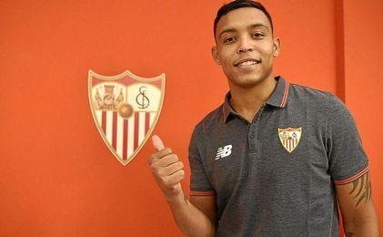 Luis Muriel posa como futbolista rojiblanco.