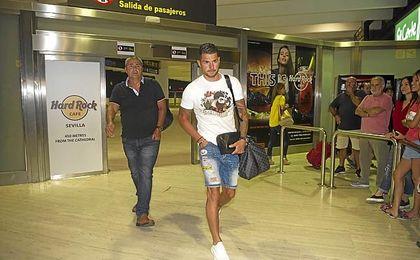 Vitolo, a su llegada anoche a Sevilla.
