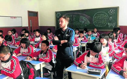 Rafa Ruiz, sevillano de 29 años, se trasladó en febrero a la ciudad china de Changchun, donde imparte clases de fútbol y entrena a un equipo cadete, sin esconder nunca su calaverismo.