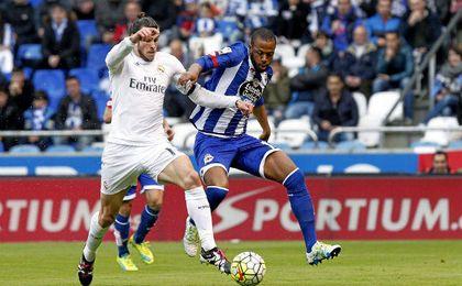 Cuerpo a cuerpo entre Gareth Bale y Sidnei en un encuentro entre el Deportivo y el Real Madrid.